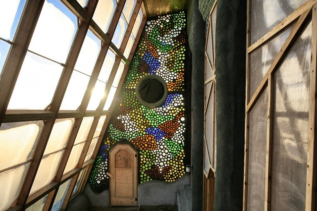 10 архитектурных проектов, дающих новую жизнь дверям и окнам из переработанных материалов.